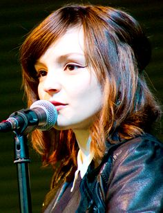 Lauren Mayberry of Chvrches. I'm trying to get my hair to this length. Chvrches Lauren Mayberry, Prity Girl, Dream Hair, Interesting Faces, Cute Faces, Beauty Queens, Music Is Life, Girl Crushes, Pretty Woman