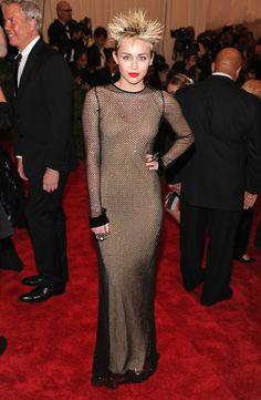 """Pin for Later: Die beeindruckendsten Outfits der Met Gala Miley Cyrus in Marc Jacobs bei der Met Gala 2013 In diesem Fischnetz-Kleid rockte Miley definitiv das Motto """"Punk: Chaos und Couture."""""""