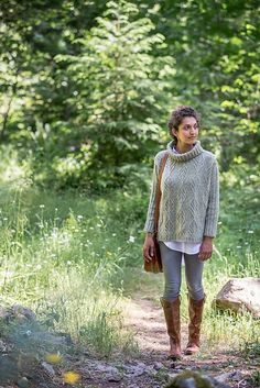 Delicate cables form decorative oak leaf medallions to paper the extra-wide fabric of this poncho-like pullover. Brooklyn Tweed, Sweater Knitting Patterns, Knit Patterns, Pullover Sweaters, Cardigans, Knit Sweaters, Ravelry, Lana, Couture