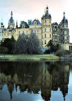 Schwerin: Schloß Schwerin Old Mansions, Top Destinations, Germany Travel, Travel Guides, Trip Planning, Raven, Castle, Castles, Ravens