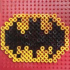 Wie motiviert man wilde Jungs dazu, sich mal eine Stunde lang ruhig zu beschäftigen? Z.B. mit diesem coolen Bügelperlen Batman Symbol :-)