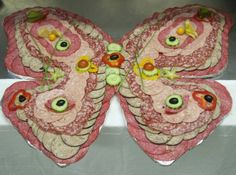 Salami designed into a butterfly! Would be cool as a Christmas tree or snowman. Cute Snacks, Brunch, Hors D'oeuvres, Food Humor, Savoury Cake, Perfect Party, Food Design, Fruits And Veggies, Communion