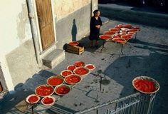 """Palagonia - Preparazione DELLO """"STRATTU"""" di pomodoro - Concentrato - Foto di Ferdinando Scianna"""