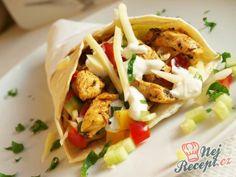 Kuřecí gyros v tortille s česnekovým dipem Bon Appetit, Food Porn, Food And Drink, Mexican, Hamburger, Healthy Recipes, Meals, Chicken, Baking