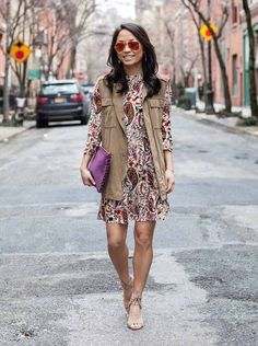 Look com vestido de estampa paisley com maxi colete bege