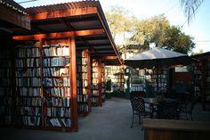Bart's Books – Ojai, Kalifornien, USA  Dieser Outdoor-Buchladen ist der größte seiner Art in der ganzen Welt und ist fast jeden Tag geöffnet. Einige der Regale erreicht man von Straße, andere sind in Richtung Innenhof positioniert, wo man sich in die Sonne setzen und schmökern kann. Außerhalb der Öffnungszeiten können Kunden einfach das Geld in eine Box werfen.
