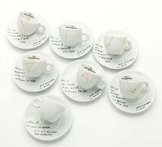 le tazzine firmate Yoko Ono per illy. Tazzine riparate con oro come metafora della vita. In occasione della mostra al MoMA di New York, l'artista disegna ula nuova illy Art Collection.