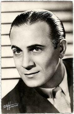 Tino Rossi, de son vrai nom Constantin Rossi, est un chanteur et acteur français, né le 29 avril 1907 à Ajaccio et mort le 26 septembre 1983 à Neuilly-sur-Seine. Il est le seul artiste français à avoir vendu plus de 300 millions de disques.