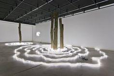 On trouve beaucoup, beaucoup, beaucoup de néon dans l'art contemporain. La lumière bien sur est au cœur de la création et chaque nouvel outil se voit rapidement investi par l'art ; le néon n'a pas échappé à la règle. C'est un outil souple, qui se plie à toutes les volontés, qui permet de travailler la …