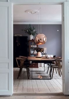 Hjemmet med de fem juletræer We love this stylish dining room. The dining table is from Lundeborg Wood and the dining chairs are from & Tradition and Paustian. The big copper pendants are from Tom Dixon, Copper Living Room, Living Room Kitchen, Living Room Decor, Copper Room, Dining Room Walls, Dining Room Lighting, Dining Room Design, Dark Grey Dining Room, Home Interior