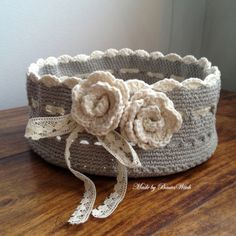 Awesome basket, minus the lace Virkad-korg-Made-by-BautaWitchDIY – Crochet Valentine's Heart by BautaWitchcute stash made by BautaWitch for inspirationRomantic crocheted basket by BautaWitch. Free pattern (translation button available) at BautaWi Crochet Bowl, Crochet Diy, Love Crochet, Crochet Crafts, Yarn Crafts, Crochet Flowers, Crochet Projects, Crochet Mignon, Knitting Patterns