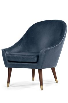 Seattle Sessel aus Premium Leder in Oxford Blau. Antikleder trifft auf geschwungene 60s Formen. Eine Mischung – wie wir finden – die sich ganz besonders gut macht. Mehr Eleganz geht nicht.