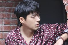 Hyun Bin posed for 'Esquire' Korea Magazine. The actor took a series of photos and showcased his amazing modeling skills. Hyun Bin is seen leaning against the wall, staring off into the distance, and really focusing hard into creating amazing shots. Lee Hyun, Hyun Bin, Keanu Reeves Quotes, Hot Korean Guys, Kdrama Actors, Party Entertainment, Male Face, Esquire, Lee Min Ho