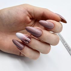 The Shellac nails comprehensive guide. Get the fullest insight into the shellac manicure and ask for one yourself on your next visit to the salon. Classy Nails, Stylish Nails, Simple Nails, Trendy Nails, Cute Nails, My Nails, Long Nail Designs, Simple Nail Art Designs, Acrylic Nail Designs
