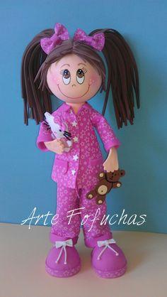Fofucha en pijama rosa con sus peluches, osito y hello kitty artefofuchas.com