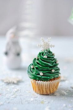 cupcake sapin de noël http://www.amusesbouche.fr/article-gateau-et-cadeaux-de-noel-121148783.html