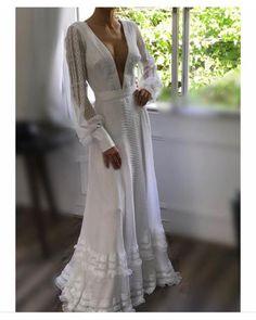 Vestido de noiva estilo europeu da estilista Fátima Pires com decote V, tranparência, detalhes em renda, manga bufante. #vestidodenoivaeuropeu #vestidomangabufante #vestidofluido #vestidoleve #vestidodenoivadiferente