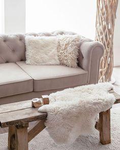 Auch unsere Kunstfelle begeistern durch ihr täuschend echtes Kuschelgefühl. Optisch können Sie unsere Fellimitate fast nicht von einem echten Schaffell unterscheiden und auch das Barfußgefühl ist flauschig & weich. 💚 #onloom #myonloom #onloomf Fur Throw, Love Seat, Bench, Blanket, Instagram, Furniture, Google Search, Home Decor, Sheepskin Rug