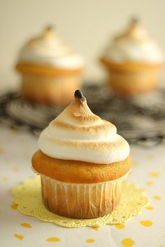 Lemon meringue cupcakes .