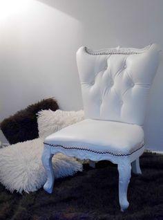 Un petit fauteuil blanc et des coussins velus