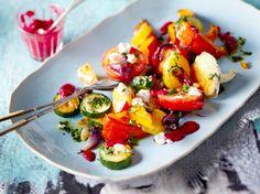 Unser beliebtes Rezept für Ofengemüse mit Rote-Bete-Soße und grünem Chiliöl und mehr als 55.000 weitere kostenlose Rezepte auf LECKER.de.