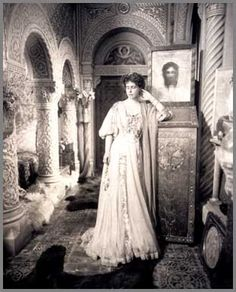 Queen Marie of Romania Vintage Family Photos, Vintage Photographs, Vintage Comic Books, Vintage Comics, Romanian Royal Family, Gabriel, Royal King, Royal Beauty, Carnival Costumes