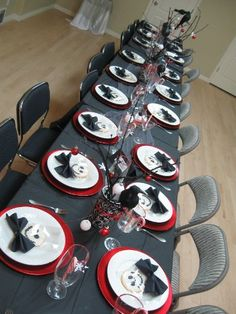 A Nightmare Before Christmas Party Use idea of gray cloth under red Fiesta. Christmas Birthday Party, Christmas Baby Shower, Halloween Birthday, Baby Halloween, Halloween Treats, Nightmare Before Christmas Wedding, Nightmare Before Christmas Decorations, Christmas Themes, Halloween Decorations