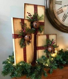 Turn pieces of leftover wood into Christmas decorations! Christmas Is Coming, Christmas Presents, Christmas Stockings, Christmas Wreaths, Christmas Ornaments, Diy Christmas Decorations, Holiday Decor, Thank You Gifts, Best Gifts
