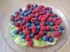 Gunns momsemat: Fruktkake med vaniljekrem og mandelbunn Frisk, Raspberry, Sweet Tooth, Desserts, Food, Meal, Raspberries, Hoods, Dessert