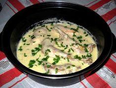 Ingrediente – 700 g carne de pui (eu am avut de tara) o ceapa – 250 g smantana – 2 linguri faina – 100-150 ml ulei – sare – piper – o legatura patrunjel PREGĂTIRE Carnea de pui spalata si portionat…