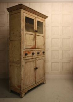 Dating from around 1810 and coming from North Wales, this lovely proportioned antique cupboard is in the period cream paint finish.