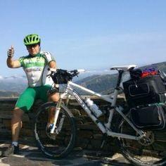 """Nuestro amigo Manuel Siles, haciendo el Camino de Santiago, con 20 Kg sobre """"El Burro"""""""