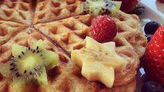 Dnes si pochutíme na waffliach. Áno, aj taká maškrta ako waffle sa dá pripraviť chutne a s ingredienciami, ktoré máš doma pravdepodobne aj ty. Neveríš? Tak sleduj. Jednoduchý a rýchly recept na proteínové waffle.
