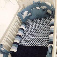 Última moda em decoração de quarto de bebê, o kit berço de tricô ganha espaço no mundo infantil! Super quentinho e original, ele traz uma pegada mais personalizada e relembra os mimos que as vovós costumavam dar para os netinhos. A decoração em tricô está em alta e garante muita elegância à decoração. Pensando nisso, selecionamos as inspirações mais fofas de kit berço de tricô para completar o cantinho mais especial da casa com um toque aconchegante como o da vovó.