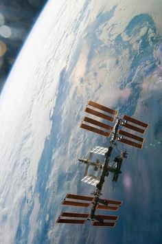 Nasa The International Space Station cruising high above the Earth. Cosmos, Hubble Space Telescope, Space And Astronomy, Station Iss, Nasa Space Station, International Space Station, Iss International, Space Race, Air Space