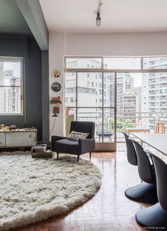 Sala de estar com paredes na cor cinza e móveis no mesmo tom.