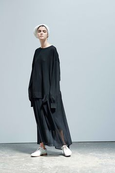 Y's Yohji Yamamoto Spring 2017 Ready-to-Wear Fashion Show Collection: See the complete Y's Yohji Yamamoto Spring 2017 Ready-to-Wear collection. Look 6 Fashion 2017, Look Fashion, Runway Fashion, Fashion Show, Womens Fashion, Fashion Tips, Fashion Design, Paris Fashion, Casual Mode