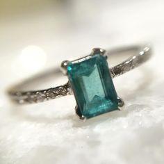 Anel em Ouro Branco Brilhantes e Turrmalina azul [lapidação  emerald que ] com 10% OFF esta semana! Infos no perfil #jewelry #jewelryaddict #gem