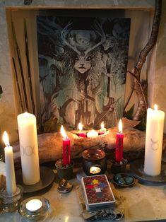 Imbolc белые большие свечи с символами бога и богини, а центральная свеча с крестом Бригит