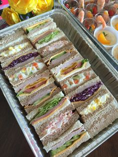 Sandwiches on the go Tea Sandwiches, Croque Mr, Sandwich Platter, Onigirazu, Good Food, Yummy Food, Food Platters, Cooking Recipes, Healthy Recipes
