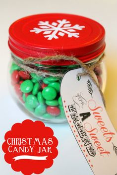 Christmas Candy Jar Jar. Cute, easy and comes with a free printable. This is a perfect friend or neighbor gift!! {lilluna.com} #gift