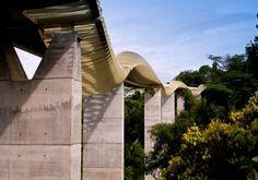 Un gusanito volador  Este ondulante puente peatonal, Henderson Waves, terminado en 2008 en Singapur, une el Monte Faber con el parque de las colinas de Telok Blangah, Mide 274 metros y su superficie de nueve olas ha sido creada mediante una ecuación matemática que determina su forma, haciendo que culebree y ascienda varios metros en sus sucesivos movimientos, según la información del estudio constructor, RSP Architects Planners and Engineers, de Singapur  URBAN REDEVELOPMENT AUTHORITY