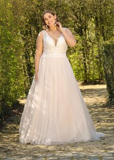 Trouwjurk Ladybird LS220016 Plus Size Brides, Plus Size Wedding Gowns, New Wedding Dresses, Rembo Styling, Older Bride Dresses, Curvy Bride, Curvy Dress, Forest Wedding, Dream Dress