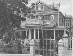 Residencia en Santurce, Puerto Rico (c1918)// La familia de mi Mamá se mudaron a Santurce al quedar mi abuela viuda bien joven con 10 hijos en la Calle San Mateo, en una residencia parecida a ésta. EBR//