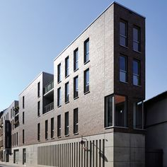 The anthracite-grey colour of the mortar harmonizes perfectly with the leather coloured facing brick of this Apartment building in Erfurt, Germany.