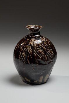 Hamada Shoji, con textura de la superficie, aplanada recipiente con shiogusuri marrón oscuro (sal-esmalte) y unraised boca ca.  1955 gres esmaltado, Tesoro Viviente Nacional japonesa contemporánea de arcilla, cerámica, cerámica contemporáneas japonesas modernas japonesas,