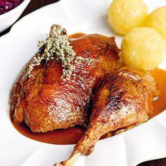 Weihnachtsgans mit Brot, Äpfeln und Beifuß Rezept | Küchengötter