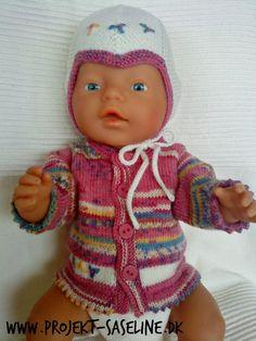 Baby born opskrifter. Strikkeopskrifter til 43 cm. dukke. Trøje med djævlehue i strømpegarnet Knitting Dolls Clothes, Doll Clothes, Crochet Wreath, Crochet Hats, Doll Toys, Baby Dolls, Doll Patterns, Knitting Patterns, Baby Born