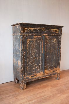 Old wooden cabinet, old paint, brocante kast