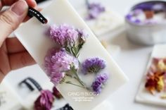 드라이플라워 왁스타블렛(고체방향제,소이오너먼트) + 캔들 만들기 Scented Sachets, Scented Wax, Beeswax Candles, Diy Candles, Diy Fragrance, Wax Tablet, Cold Porcelain Flowers, Candle Craft, Soap Shop